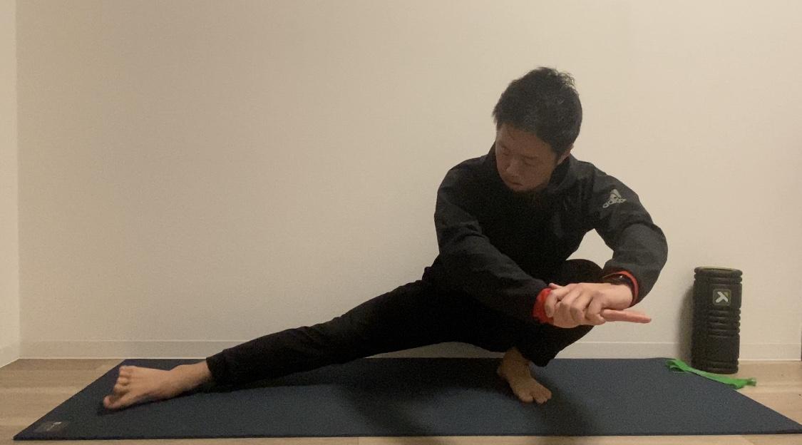 柔らかく 股関節 ストレッチ を する 股関節を柔らかくするなら振り子運動ストレッチがオススメ!